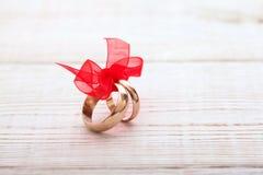 Кольца украшения свадьбы с красной лентой Стоковое Изображение
