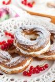 Кольца Cream слойки украшенные с свежей красной смородиной Стоковое Изображение