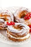 Кольца Cream слойки украшенные с свежей красной смородиной Стоковое Изображение RF