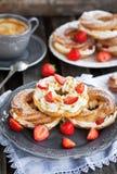 Кольца Cream слойки украшенные с свежим sau клубники и карамельки Стоковое Изображение RF