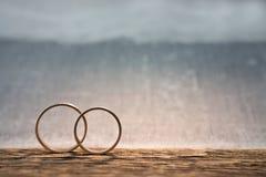 кольца wedding древесина Стоковое Изображение
