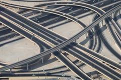 Кольцевая дорога в Дубай с несколькими автомобилей Стоковая Фотография RF