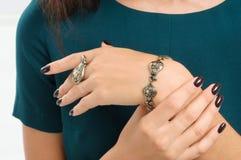 Кольцо браслета и пальца на руке Акценты моды, ювелирные изделия Стоковое Изображение RF