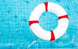 Кольцо жизни на бассейне Кольцо жизни на воде Кольцо жизни дальше Стоковое фото RF