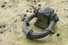 кольцо зачаливания Старое стальное кольцо в countertop гранита Детальный взгляд ставя на якорь пункта Стоковые Изображения RF