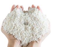 кольцо заднее в форме сердца риса зерна белого в руке woman's Стоковое фото RF