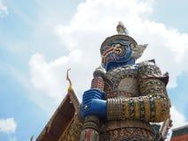 Кольцо золота голубой большой гигантской статуи с цветом золота павильона на Таиланде Стоковое Изображение RF