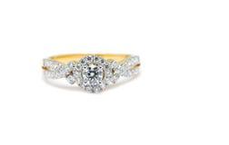Кольцо золота при диамант изолированный на белой предпосылке Стоковая Фотография