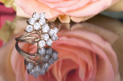 Кольцо золота с диамантами и розой пинка Стоковая Фотография RF