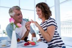 Кольцо зрелого человека gifting к женщине Стоковое фото RF