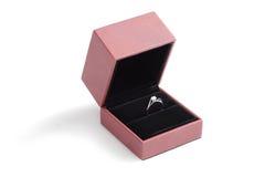 Кольцо диаманта в темной коробке Стоковые Фото