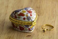 Кольцо и шкатулка для драгоценностей Стоковое фото RF
