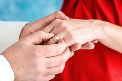 Кольцо на пальце ` s невесты стоковое фото