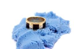 Кольцо на песке стоковая фотография