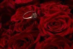Кольцо на предпосылке роз Стоковые Фотографии RF