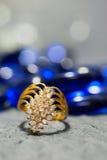 Кольцо на элегантной серой предпосылке Стоковая Фотография RF