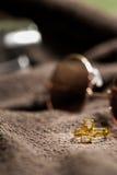 Кольцо на элегантной серой предпосылке Стоковые Изображения RF