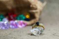 Кольцо на элегантной серой предпосылке Стоковые Изображения