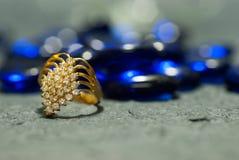 Кольцо на элегантной серой предпосылке Стоковое Фото
