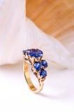 кольцо сапфира с раковинами Стоковая Фотография RF