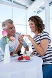 Кольцо счастливого человека gifting к женщине Стоковые Фотографии RF