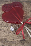 Кольцо с бриллиантом и сердце сформировали конфеты на деревянной поверхности Стоковые Фото