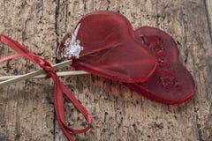 Кольцо с бриллиантом и сердце сформировали конфеты на деревянной поверхности Стоковое Изображение