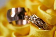 Кольцо с бриллиантом на желтом цветке обручальные кольца совместно Селективный фокус Стоковое Фото