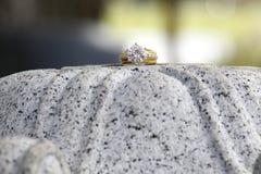 Кольцо с бриллиантом на камне гранита Стоковая Фотография RF