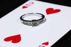 Кольцо с 2 из карточки сердец играя Стоковые Изображения