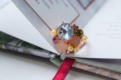 кольцо с камнями в книге Стоковое Изображение RF