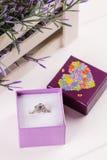 Кольцо цветка в фиолетовой подарочной коробке Стоковые Изображения