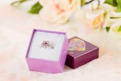 Кольцо цветка в фиолетовой подарочной коробке Стоковое фото RF