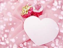 Кольцо ювелирных изделий с концепцией влюбленности формы сердца Стоковые Фотографии RF