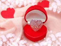 Кольцо ювелирных изделий с концепцией влюбленности формы сердца Стоковые Изображения RF
