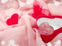 Кольцо ювелирных изделий с концепцией влюбленности формы сердца Стоковые Фото