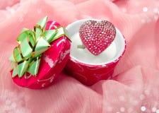 Кольцо ювелирных изделий с концепцией влюбленности формы сердца Стоковое Изображение RF