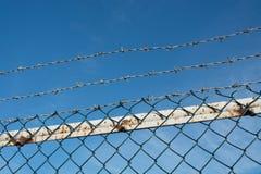 Колючая проволока и загородка звена цепи Стоковое Фото