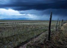 Колючая проволока обнести шторм стоковые фотографии rf