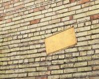 Колючая проволока около плиты опасной зоны Стоковая Фотография