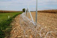 Колючая проволока устанавливая на границу Венгерск-Хорвата Стоковое Фото