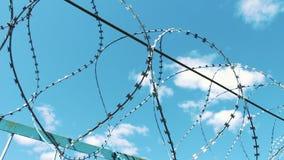 колючий провод загородки Место лишения свободы Территория тюрьмы Защита против избежания Злодеяние, очковтирательство тюрьма акции видеоматериалы