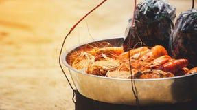 Краб и моллюск креветки морепродуктов пляжа с солнечным светом стоковая фотография rf