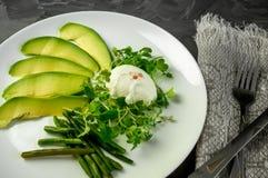 Краденное яичко с овощами, фасолями авокадоа зелеными и салатом ` s детей взгляд сверху овощи шнура еды cauliflowers морковей фас Стоковая Фотография