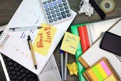 Крайний срок дела, управление организации плановика календаря напоминает концепцию стоковое фото