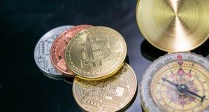 Крайность близкая вверх золотого cryptocurrency Bitcoin монетки Bitcoin владение домашнего ключа принципиальной схемы дела золоти стоковая фотография