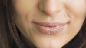 Крайность близкая вверх губ женщины лижа и bitting медленно видеоматериал