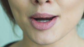 Крайность близкая вверх губ женщины лижа и bitting медленно акции видеоматериалы