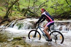 крайность велосипедиста его делая путь реки Стоковые Изображения RF