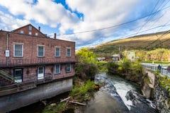 Край городского Brattleboro, Вермонта над ручейком точила стоковые фотографии rf
